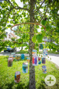 Kinderhaus 4-6 Regenbogen geschmückter Baum